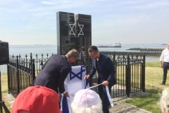 Vlaglegging wethouder Vader bij Joods monument